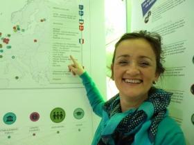 Cécilia Gurisik devant la carte des Labos publics européens repérés par La 27è Région.
