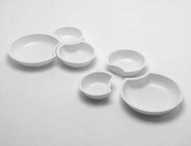 Libérer l'espace du repas en supprimant le plateau. Les 3 contenants (entrée, plat, dessert) sont solidaires lors de la distribution puis se détachent lors du repas.